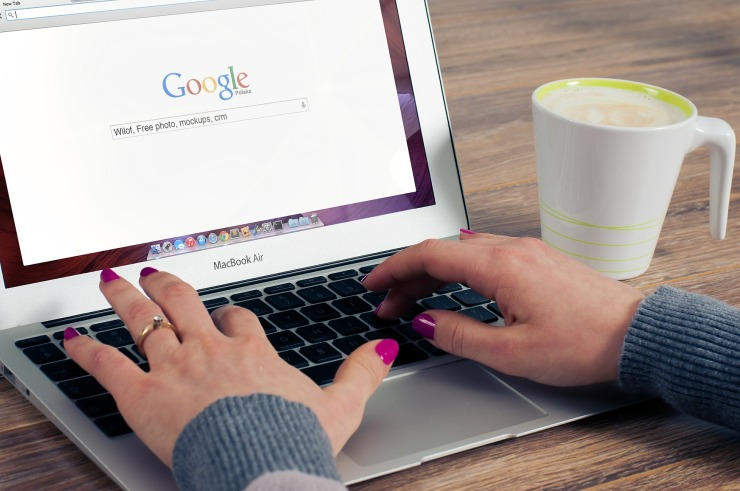 woman-change-browser-homepage